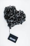 Cinta de casete de los datos en la forma del corazón en el fondo blanco Foto de archivo