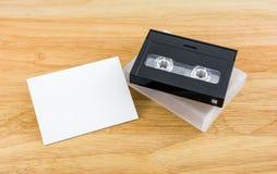 Cinta de casete de los datos y nota del mensaje sobre el fondo de madera Imagen de archivo