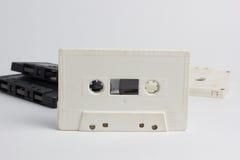 Cinta de casetes blanca y negro aislado en un fondo blanco fotos de archivo libres de regalías