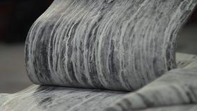 Cinta de goma en un cierre grande de la fábrica del neumático para arriba almacen de metraje de vídeo