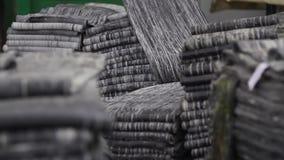 Cinta de goma en un primer grande de la fábrica del neumático almacen de video