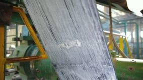 Cinta de goma en un primer grande de la fábrica del neumático almacen de metraje de vídeo