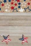 Cinta de la arpillera de las estrellas rojas, blancas y azules en backgr de madera resistido imágenes de archivo libres de regalías