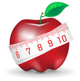 Cinta de medición alrededor de la manzana roja fresca Foto de archivo