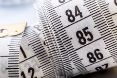 Cinta de medición de la personalización Opinión del primer la cinta métrica blanca Fotos de archivo