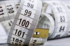 Cinta de medición de la personalización Opinión del primer la cinta métrica blanca Imagen de archivo