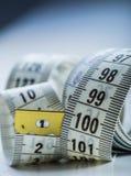 Cinta de medición de la personalización Opinión del primer la cinta métrica blanca Fotografía de archivo libre de regalías