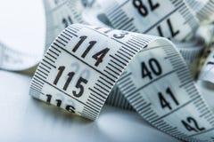 Cinta de medición de la personalización Opinión del primer la cinta métrica blanca Fotografía de archivo