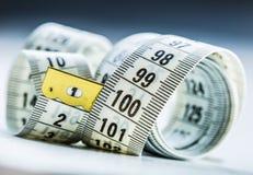 Cinta de medición de la personalización Opinión del primer la cinta métrica blanca Imagenes de archivo