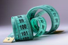 Cinta de medición de la personalización Opinión del primer la cinta métrica blanca Imagen de archivo libre de regalías