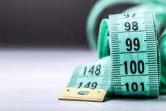 Cinta de medición de la personalización Opinión del primer la cinta métrica blanca Fotos de archivo libres de regalías