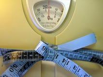 Cinta de medición en escala del peso Imágenes de archivo libres de regalías