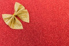 Cinta de oro chispeante en fondo rojo del brillo Imagen de archivo libre de regalías
