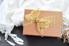 Cinta de oro en la caja de regalo Fotos de archivo