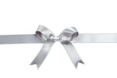 Cinta de plata con el arco en el fondo blanco Foto de archivo