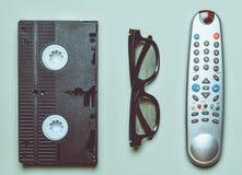 Cinta de video, telecontrol de la TV, vidrios 3d en un fondo en colores pastel verde Entretenimiento 90s Visión superior Endecha  fotos de archivo libres de regalías