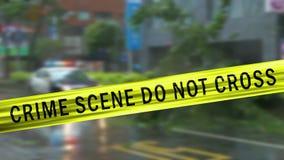 Cinta del límite y coche patrulla defocused en la escena del crimen metrajes