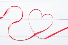 Cinta en forma de corazón del día de tarjetas del día de San Valentín sobre la tabla de madera blanca Fotografía de archivo