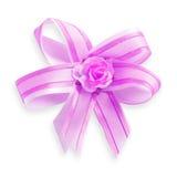 Cinta hermosa del regalo con la flor artificial aislada en blanco imagen de archivo