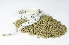 Cinta métrica blanca verde de los granos de café Fotos de archivo libres de regalías