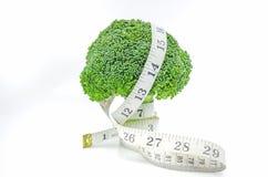 Cinta métrica con bróculi Foto de archivo