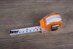 Cinta métrica, construcción que estima las herramientas foto de archivo