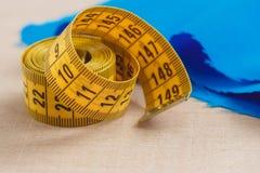 Cinta métrica curvada Opinión del primer la cinta métrica amarilla Imagen de archivo libre de regalías