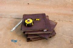 Cinta métrica, la cinta métrica en la placa de metal Imágenes de archivo libres de regalías