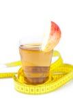 Cinta métrica, manzanas y vidrio de zumo de manzana Imágenes de archivo libres de regalías