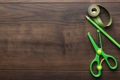Cinta métrica, tijeras y lápiz verdes Fotos de archivo libres de regalías