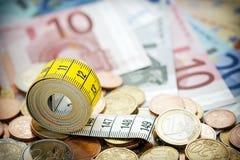 Cinta métrica y dinero Imagen de archivo libre de regalías
