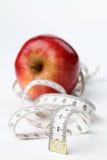 Cinta métrica y manzana Imágenes de archivo libres de regalías