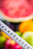 Cinta métrica y verduras frescas y frutas en el fondo Concepto de la dieta sana Foto de archivo libre de regalías