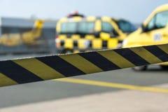 Cinta negra y amarilla de la barrera en el aeropuerto fotografía de archivo
