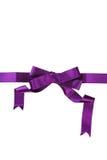 Cinta púrpura con el arco en un fondo blanco Imagen de archivo libre de regalías