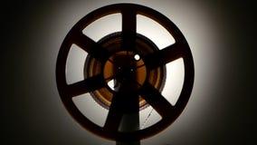 Cinta rápida del rebobinado en el proyector retro viejo del cine primer almacen de video