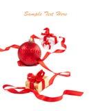Cinta, rectángulos de regalo y bolas rojos en blanco Imagen de archivo