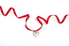Cinta roja con el corazón, aislado Fotografía de archivo libre de regalías