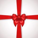 Cinta roja con el lazo de satén atado alrededor de la caja de regalo Foto de archivo libre de regalías