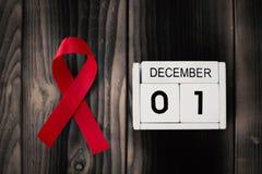 Cinta roja con fecha civil el 1 de diciembre imagen de archivo