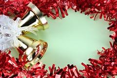 Cinta roja de las decoraciones por la Navidad y el Año Nuevo. Imagen de archivo