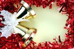 Cinta roja de las decoraciones por la Navidad y el Año Nuevo. Fotografía de archivo libre de regalías