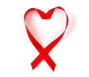 Cinta roja del corazón de la conciencia Sida aislada en blanco Imagenes de archivo