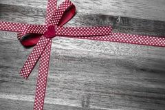 Cinta roja del regalo con los corazones imágenes de archivo libres de regalías
