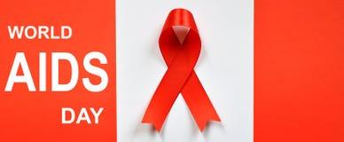 Cinta roja en el fondo blanco Concepto del Día Mundial del Sida fotografía de archivo