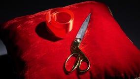 Cinta roja que cae en la almohada para las ceremonias metrajes