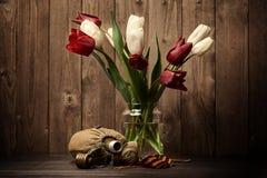 Cinta viejos frasco del ` s del soldado y ` s de San Jorge en el fondo de madera oscuro, símbolo conmemorativo de la guerra mundi Imagenes de archivo