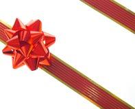 Cinta y arqueamiento rojos del regalo Foto de archivo libre de regalías
