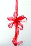 Cinta y arqueamiento rojos del regalo Fotos de archivo libres de regalías