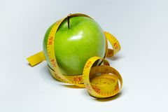 Cinta y manzana de la medida aisladas Foto de archivo libre de regalías